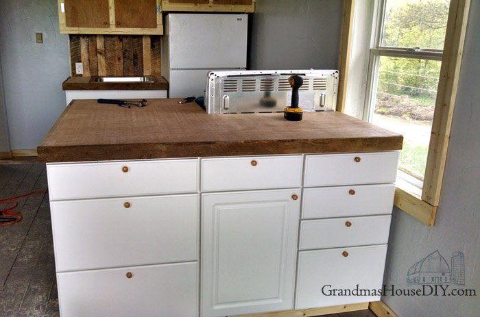 How to install a mahogany plywood counter tops do it yourself with plywood, poly acyrlic, sanding and a skill saw, beautiful diy inexpensive wood kitchen countertops!