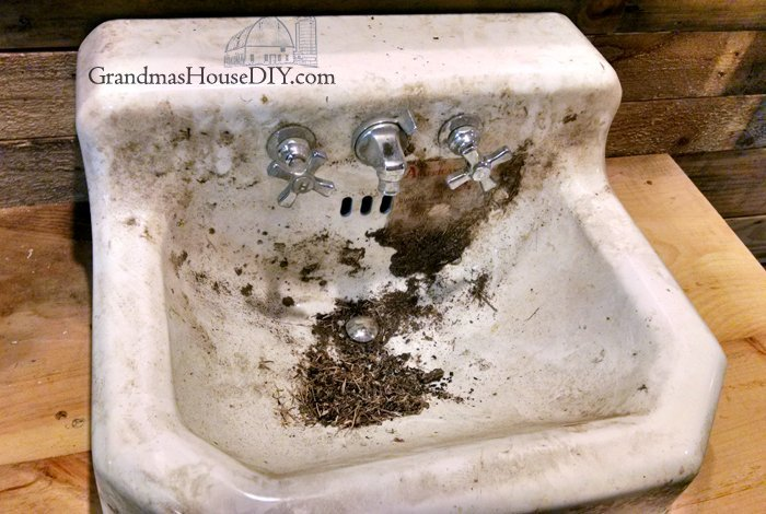 How to remove stains and clean an antique old cast iron American Standard sink with vinegar and baking soda, a fifty year old sink from one of my sheds