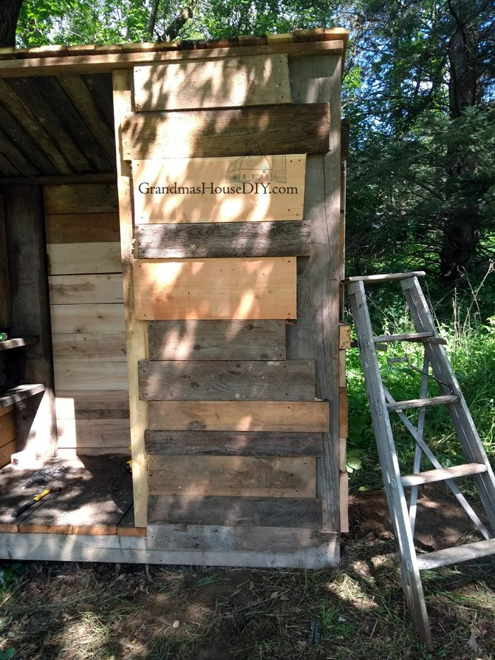 How to build an outhouse, how I built a 7x4 foot outhouse out of leftover material and steel for the roof for my home and property.