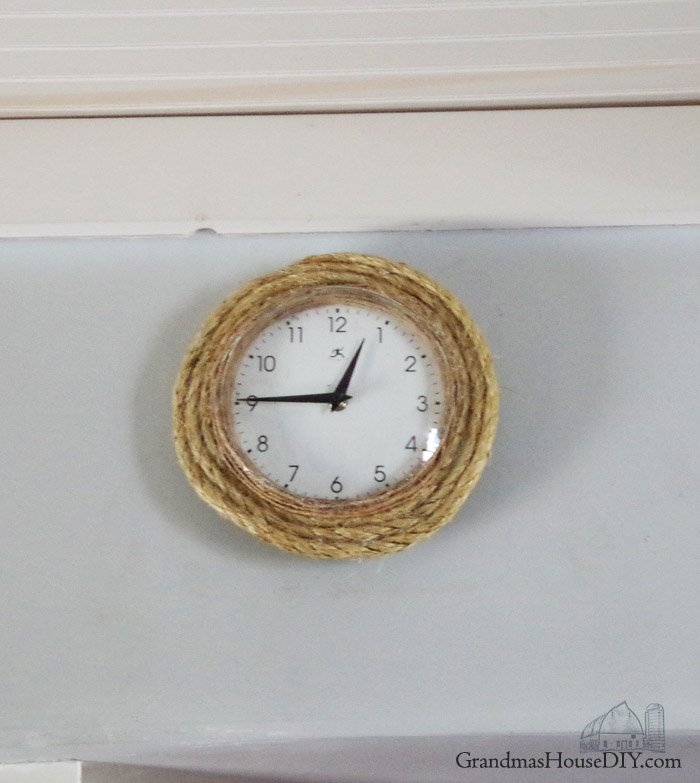 DIY how to fix a broken clock using twine, rope and glue, making it farmhouse country style. Clock makeover country chic, easy how to, diy, do it yourself